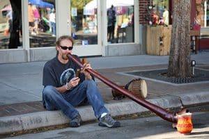 Spelen op een didgeridoo