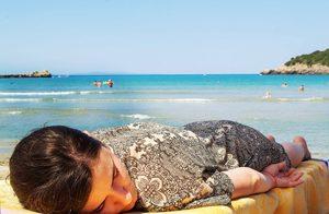 Kataplexie, slapende vrouw aan zee